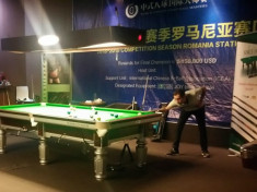 Jucătorii se concentrează. O lovitură reușită îi poate trimite gratis în China!