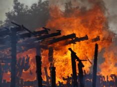 Pompierii intervin pentru stingerea unui incendiu, pe strada Pictor Aman din Timisoara, joi 15 iulie 2010. Flacarile au mistuit anexa unei case si magazia unei socitetati comerciale. ALEXANDRU HRENIUC / MEDIAFAX FOTO